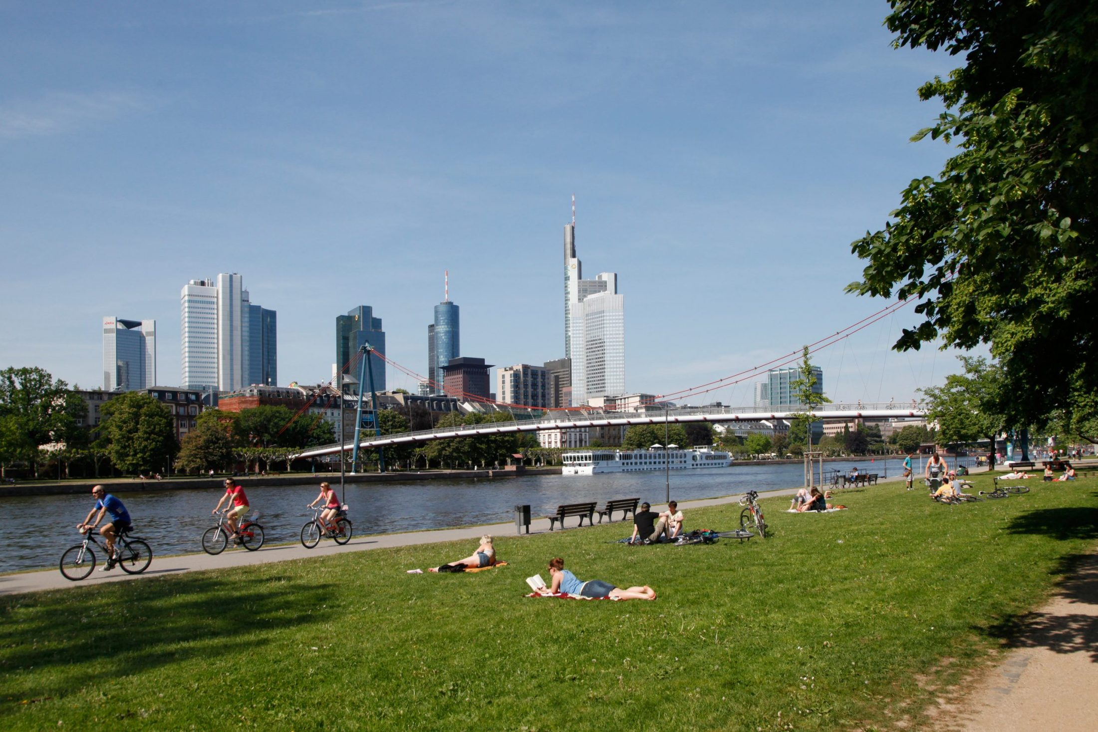 Serviced Apartments at the green bank of the river Main in Frankfurt